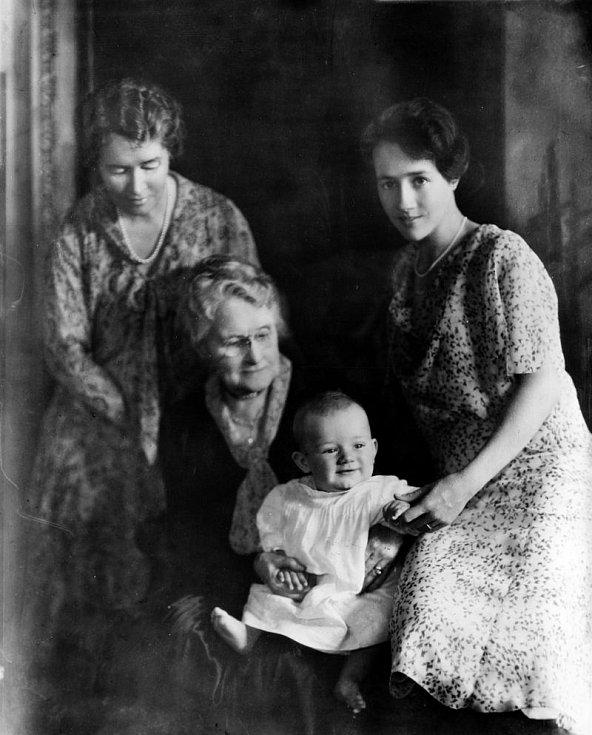 Anne Morrow Lindberghová (vpravo) se svou matkou (vlevo vzadu), babičkou (uprostřed) a synem Charlesem A. Lindberghem juniorem. Lindberghův osobní život byl bohužel poznamenán tragédií, když jeho ročního syna unesli a zavraždili