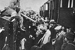 Překládka deportovaných Židů do vagonů mířících do Chelmna