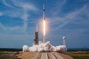 Start rakety Falcon 9, která vynese na oběžnou dráhu kosmickou loď Crew Dragon.