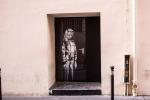 Banksyho malba na dveřích pařížského klubu Bataclan.