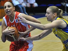 Američanku Dianu Taurasiovou (vlevo) se snaží zastavit Kateřina Elhotová.
