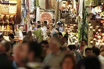 Ministerstvo zahraničí varuje po pátečním teroristickém útoku české občany v Tunisku před místy, kde je hodně lidí, včetně tržišť a barů.