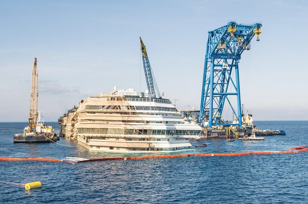 Po složité operaci byla loď nakonec vyzdvižena a odvlečena do doků k sešrotování.