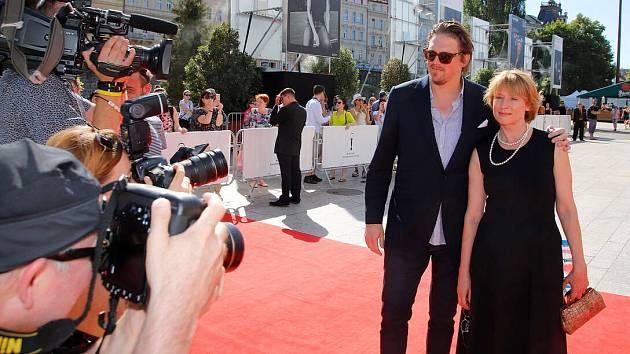 Na červeném koberci. Corinna Harfouch před slavnostní premiérou filmu Lara v Karlových Varech