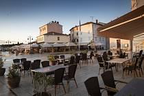 Prázdné kavárny a restaurace v chorvatském přístavu Fazana, 26. května 2020