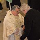 Kardinál Dominik Duka přijel 20. listopadu do Lán odsloužit bohoslužbu za vlast a za prezidenta v tamním kostele, který je součástí zámeckého areálu.