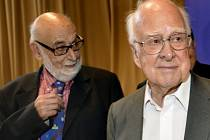 Letošní Nobelovu cenu za fyziku získali podle očekávání za objev nové subatomární částice, takzvaného Higgsova bosonu, britský fyzik Peter Higgs a belgický vědec François Englert.