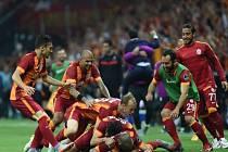 Fotbalisté Galatasaraye se radují z gólu proti Fenerbahce.