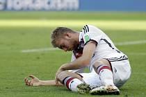 Otřesený Christoph Kramer z Německa po úderu do obličeje od Ezequiela Garaye z Argentiny.