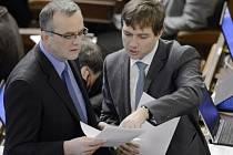 Ministr financí Miroslav Kalousek (vlevo) a poslanec Věcí veřejných Michal Babák (vpravo) na schůzi Poslanecké sněmovny 12. prosince v Praze.