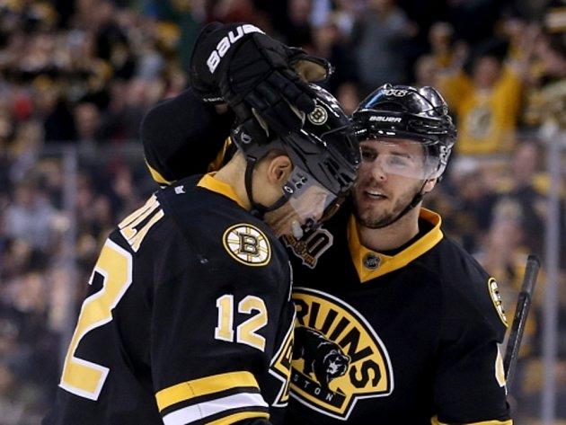 Hokejisté Bostonu David Krejčí (vpravo) a Jarome Iginla se radují z gólu.