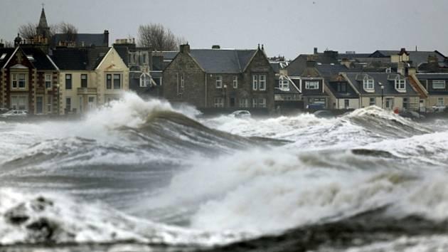 Británie stále bojuje se záplavami.