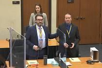 Obžalovaný bývalý policista Derek Chauvin a jeho obhájce Eric Nelson (vlevo) u soudu 23. března 2021