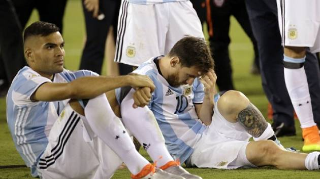 Smutný Lionel Messi (vpravo) po prohraném finále Copy América.