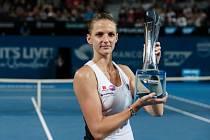 Karolína Plíšková s trofejí pro vítězku v Brisbane.