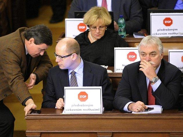 Poslanci ČSSD protestovali na jednání sněmovny proti církevním restitucím. Vpředu zleva David Rath, předseda ČSSD Bohumil Sobotka a Milan Urban.
