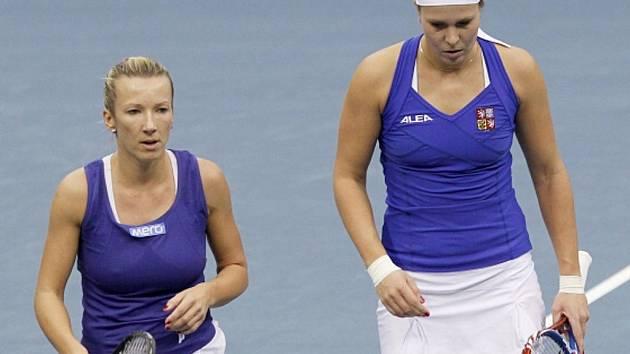 Květa Peschkeová (vlevo) s Lucie Hradecká zajistily českým tenistkám ve finále Fed Cupu proti Rusku vítězný třetí bod.