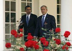 Barack Obama si v doprovodu George Bushe prohlíží Bílý dům.