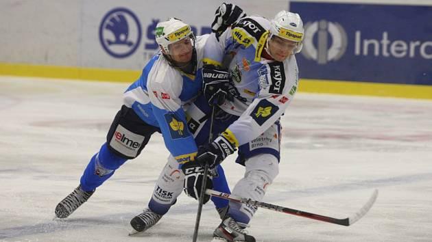 Hokejisté Plzně (v modrém) proti Brnu.