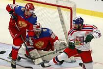 Milan Gulaš (vpravo) se snaží prosadit před ruskou brankou.