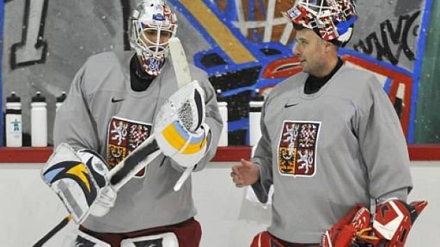 Český brankářská dvojka Ondřej Pavelec (vlevo) vedle reprezentační jedničky Tomáše Vokouna na tréninku českých hokejistů na olympijských hrách ve Vancouveru.