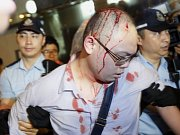Dalšími potyčkami mezi policií a prodemokratickými aktivisty, které napadli jejich odpůrci, dnes v Hongkongu pokračují prodemokratické demonstrace. Zranění utrpělo nejméně 18 lidí.