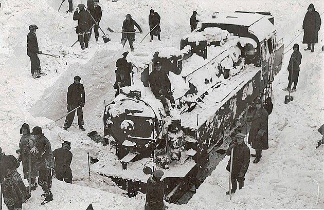 Snímek z ledna 1941 zachycuje zavátou lokomotivu na trati Václavice Nové Město nad Metují. V lednu napadlo přes metr sněhu a vítr vytvořil několikametrové závěje. Železničáři poslali na pomoc druhou lokomotivu a ta uvázla taky.