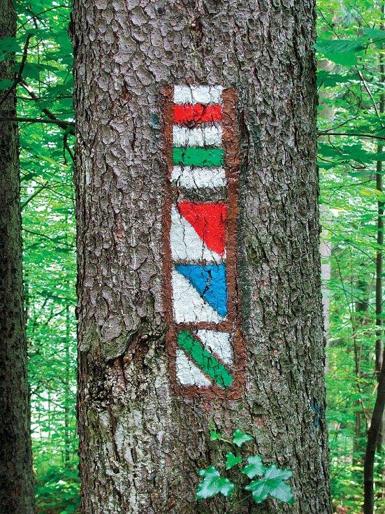 Druhy značek (shora dolů): červená azelená jsou jednoduché pěší pásové značky, červená amodrá jsou tzv.značky místní aspodní zelená značí naučnou stezku.
