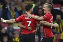 Radost fotbalistů Southamptonu - Fotbalista Southamptonu Shane Long (vlevo) se raduje se spoluhráči z gólu v utkání anglické ligy na hřišti Watfordu.