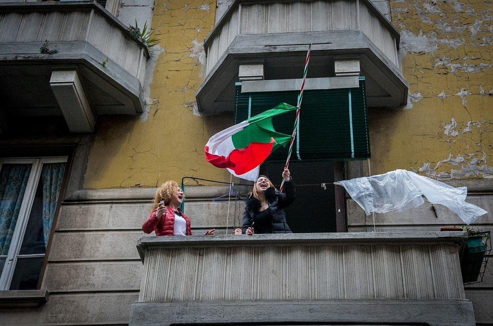 Italové zpívají ze svých oken.