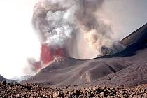 Sopka Pico de Fogo na západoafrickém atlantickém souostroví Kapverdy, která se k životu probudila koncem listopadu, dál chrlí lávu a její proud už zasáhl druhou obec. Ilustrační foto.