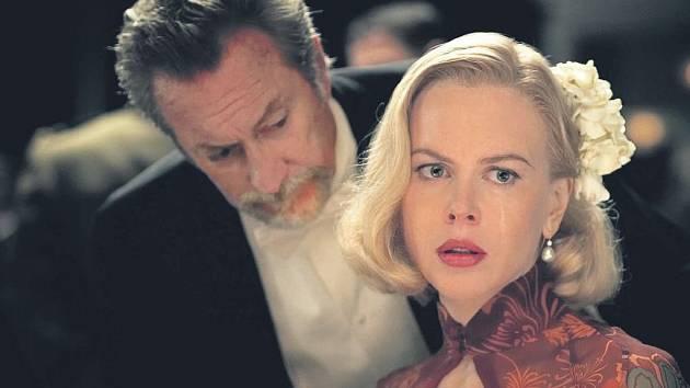 Nicole Kidmanová umí nosit dobové kostýmy s mimořádným šarmem.