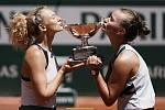 Český tenisový pár Kateřina Siniaková, Barbora Krejčíková (vpravo) líbá pohár po vítězství v ženské čtyřhře na French Open.