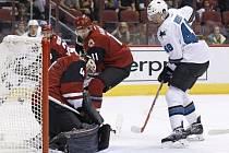 Český hokejový útočník Tomáš Hertl si připsal jednu asistenci při porážce San Jose v generálce na nový ročník NHL na ledě Anaheimu 2:3 v prodloužení.