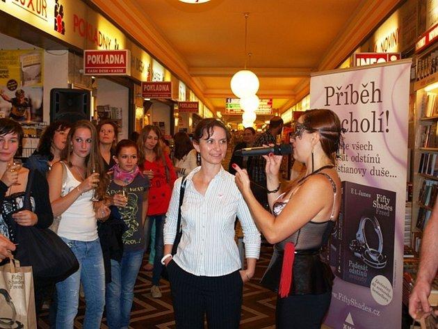 Středeční předprodej závěrečného dílu trilogie Fifty Shades…s  názvem Padesát odstínů svobody přilákal do knihkupectví v Praze a v Brně na pět stovek lidí.
