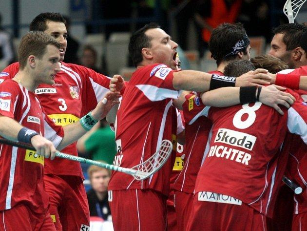 Takhle se čeští florbalisté radovali po výhře nad Itálií 12:2 na světovém šampionátu. Uspějí na Floorbal Cupu?