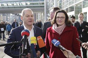 Úřadující předseda Olaf Scholz a Andrea Nahlesová, která by měla jako řádná předsedkyně v čele strany stanout v dubnu.