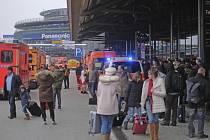 Německé úřady dnes kolem poledne kompletně uzavřely letiště v Hamburku.