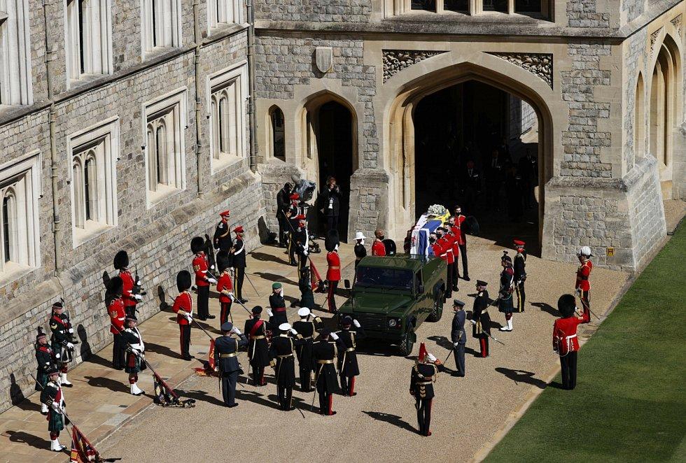 Rakev s ostatky prince Philipa převezl k hradu Windsor speciálně upravený Land Rover, na jehož úpravách se zesnulý královský choť osobně podílel.