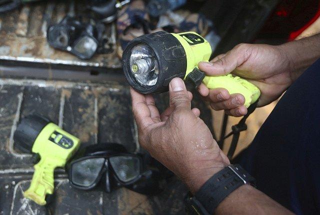 Britští potápěči konečně pronikli k chlapcům v zaplavené thajské jeskyni
