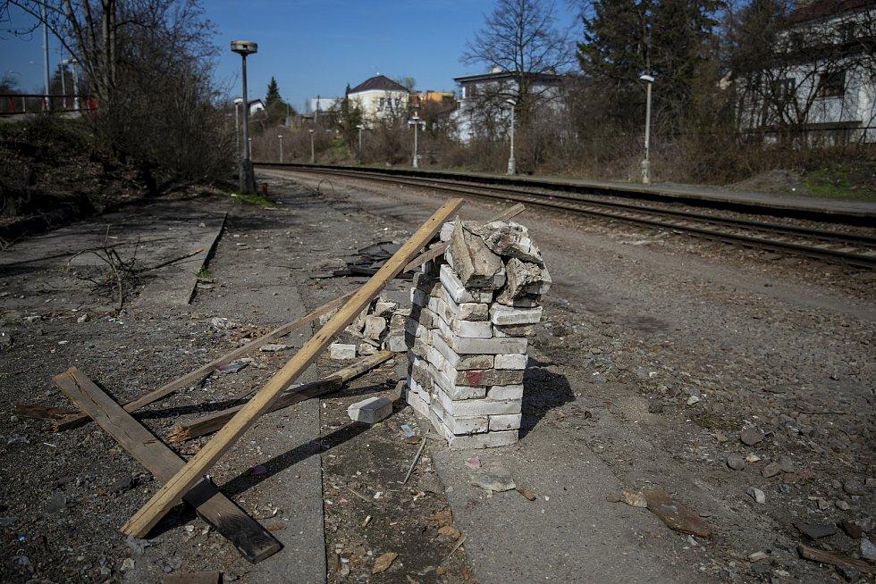 Modernizaci a vzniku nové Promenády musely ustoupit i staré čekárny, které byly útočištěm bezdomovců.