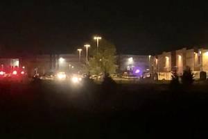 Vozidla bezpečnostních složek u místa střelby v americkém městě Indianapolis, 16. dubna 2021.