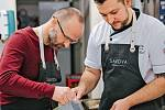 """Jiří Gajdošík s Michalem Húskem. Oba jsou vlastně kuchaři, ale zatímco Húsek připravuje menu pro restauraci Savoya ve Špindlu, jeho """"šéf"""" vaří jen příležitostně pro svou rodinu a přátele."""