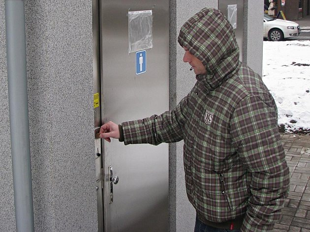 Provoz veřejných toalet byl zahájen vedle hornického domu v Sokolově. Veřejnost vhazuje do mincovníku u dveří deset a pět korun, zdravotně postižení a matky s dětmi mohou použít takzvaný euroklíč. Za ten se ale platí. Jeho cena je stanovena na 357 korun.