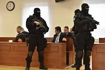Specializovaný soud v Pezinku rozhodne o tom, zda přijme obžalobu v případu vraždy novináře Jána Kuciaka a jeho partnerky. Na snímku uprostřed je obžalovaný podnikatel Marian Kočner (s červenou páskou).