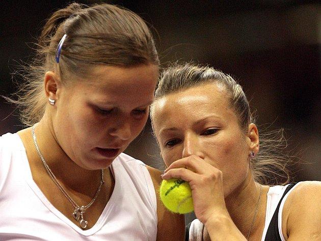 Květa Peschkeová (vpravo) se domlouvá s Lucií Hradeckou ve čtyřhře Fed Cupu proti Německu.