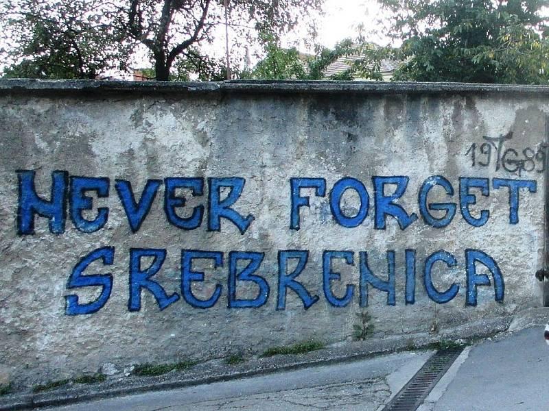 Nikdy nezapomeňte na Srebrenicu, vyzývá pouliční nápis ve městě Travnik