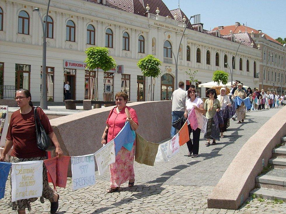 Pokojná demonstrace v Tuzle za spravedlivé vyšetření masakru v Srebrenici