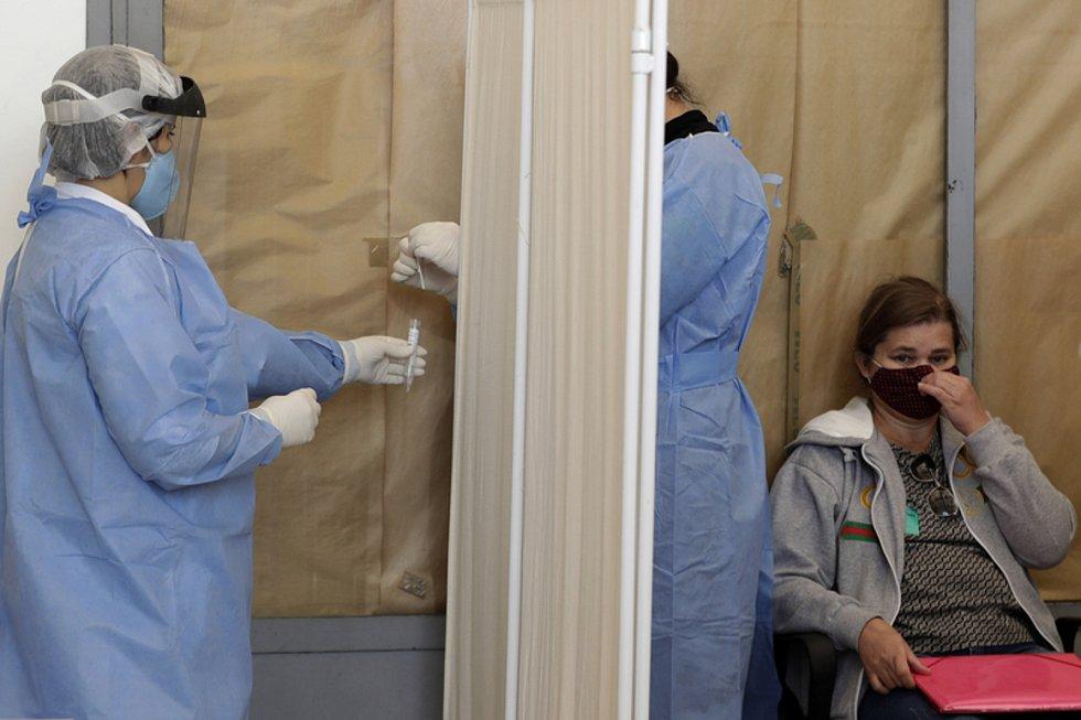 Zdravotníci odebírají vzorek na covid-19 v nemocnici University Hospital v Brasílii (na snímku z 5. sprna 2020)