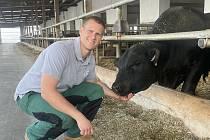 Rodinná Farma Škodovi rozváží steaky a hovězí masné výrobky až k lidem domů na Vysočině a jižní Moravě. Mají vlastní chov mladých býků plemene Aberdeen Angus. Na snímku jednatel Vítězslav Škoda.